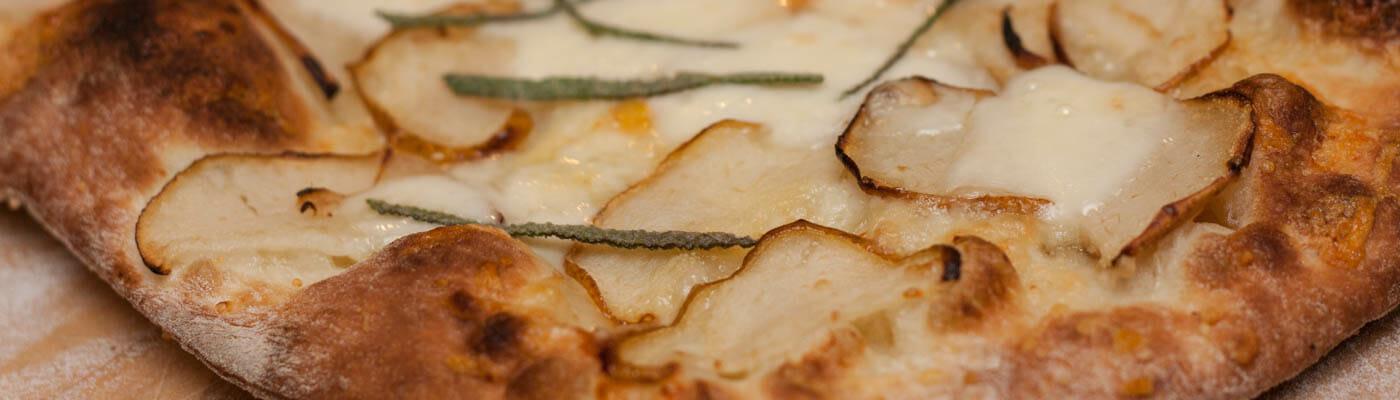 Pizza mit Birne, Taleggio, Pecorino, Salbei und Honig