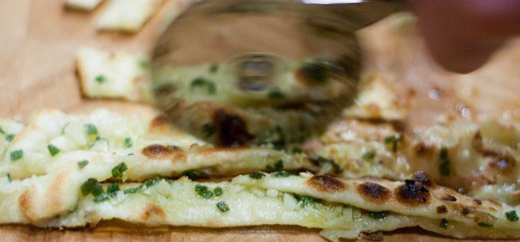 Knoblauch-Streifen-Pizza mit Salbei und Parmesan