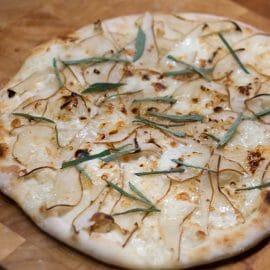 Nachtisch-Pizza mit Birne und Taleggio