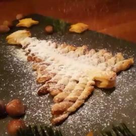 Nutella-Blätterteig-Tannenbaum im Puderzucker-Schneegestöber